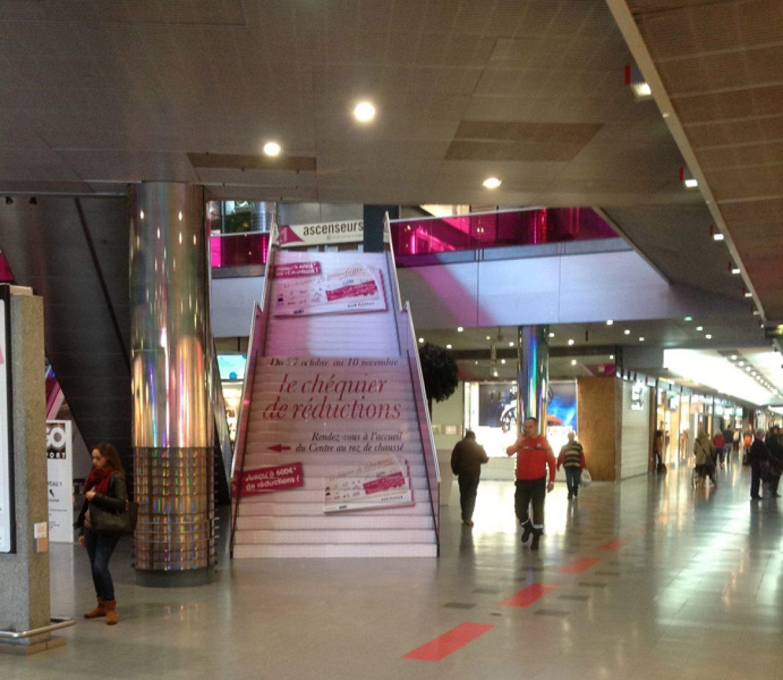 affichage marche Escalier centre commercial euralille ...