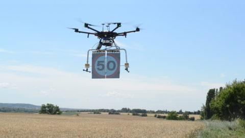 Transparant LED verkeersbord opknoping drone weergeven