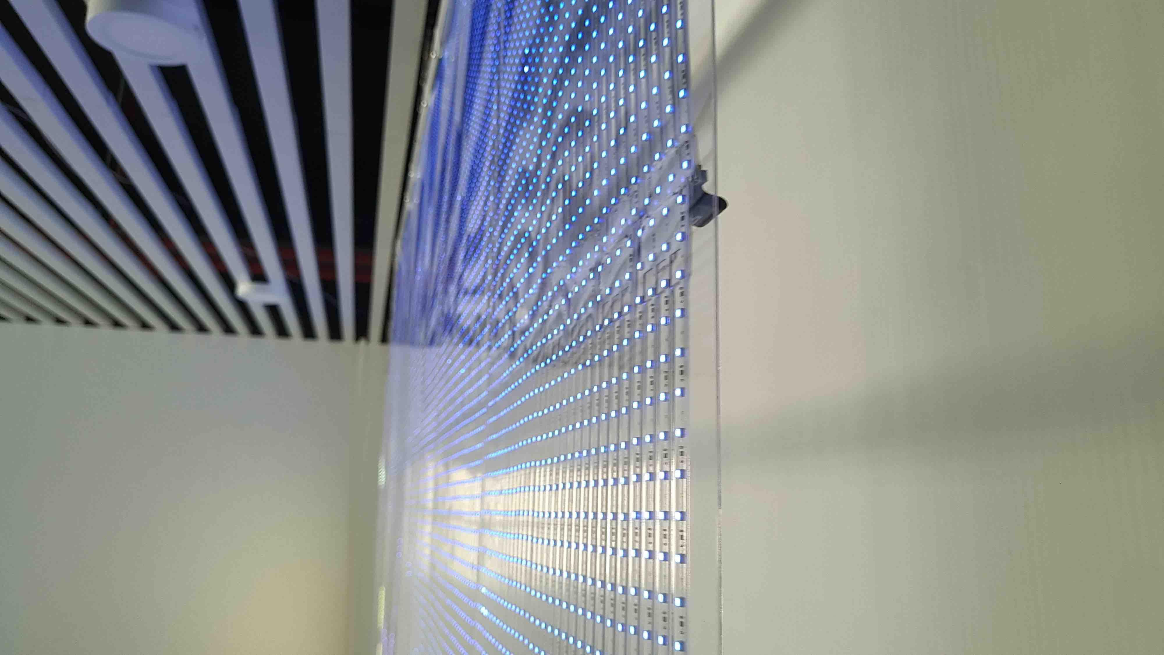 ADHESIF transparent fenêtre façade LED, construction mur intérieur à coller sur vitre verre - adhésifs innovants - affichage LED - rue Communication