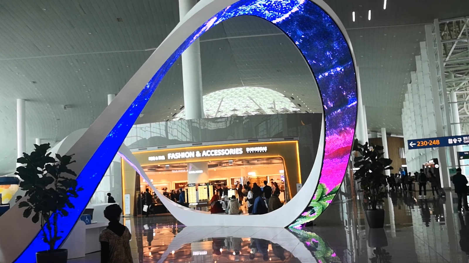 architectural-structure-Flexible-LED-screen-Incheon-International-Airport