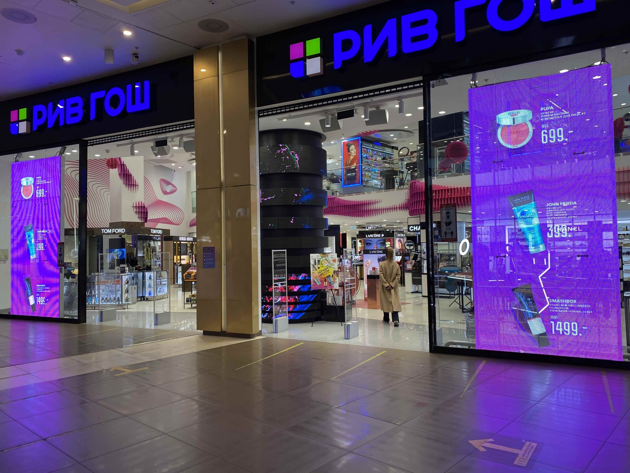 Transparent LED retail facade window display screen pitch 8 for shopping mall 4