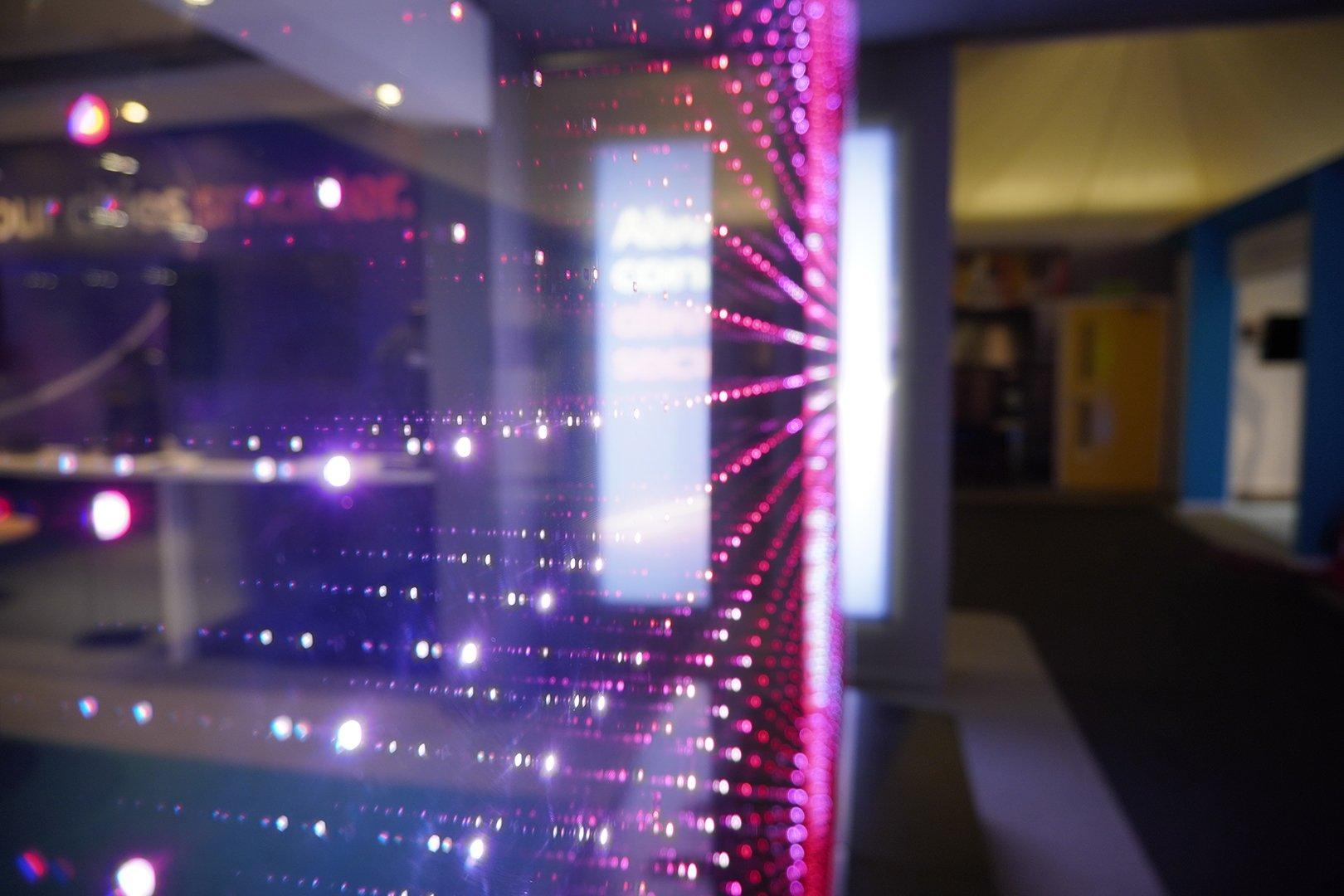 écran LED transparent multicolore profil